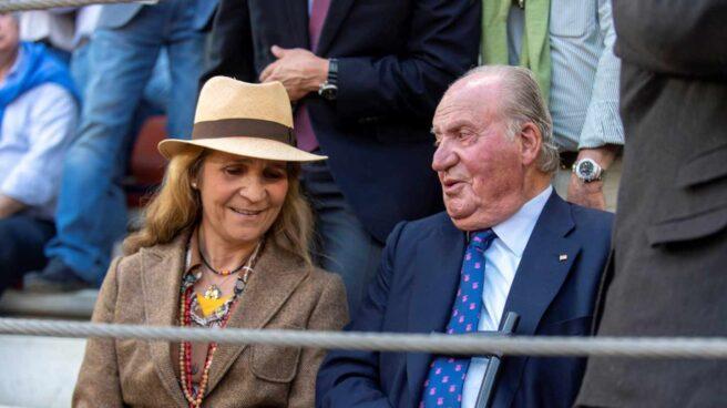 La infanta Elena y el rey Juan Carlos, en los toros en Illescas.