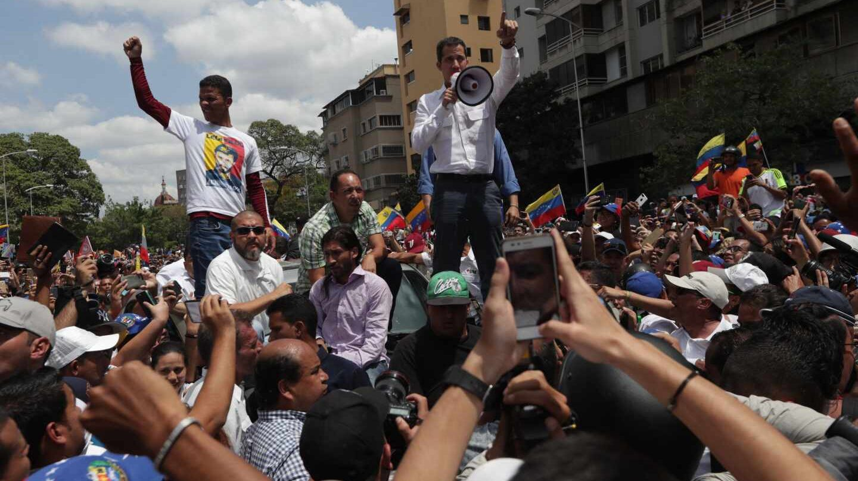 El líder del Parlamento, Juan Guaidó (c), habla a sus simpatizantes durante la manifestación de este sábado en Caracas (Venezuela).