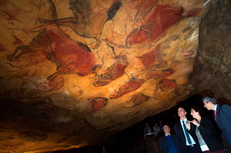 Pedro Sánchez, en las cuevas de Altamira.