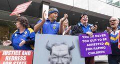 Un grupo de personas se manifiesta contra George Pell en el exterior de la Corte del Condado en Melbourne (Australia).