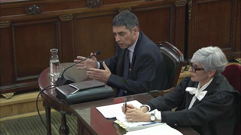 José Luis Trapero, prestando declaración este jueves en el Tribunal Supremo acompañado por la abogada Ola Tubau.