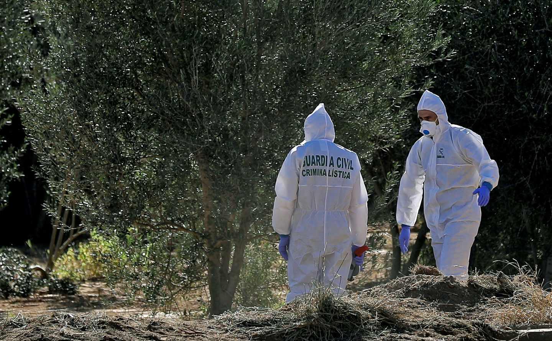 Agentes de la Policía Científica de la Guardia Civil en el lugar donde tuvo lugar el presunto crimen de los niños de Godella.