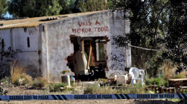 """Caseta con la inscripción """"vais a morir todos"""" en la que residían los detenidos ilegalmente con sus dos hijos."""