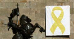 Vista del lazo amarillo colocado en el Pati dels Tarongers del Palau de la Generalitat.