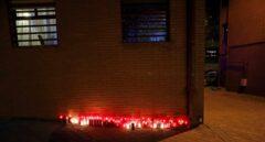 Un pequeño altar con velas, en el lugar donde Paco, un vecino muy querido del barrio de El Pozo del Tío Raimundo, fue asesinado.