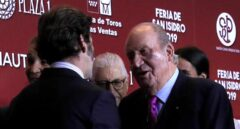 El Rey Emérito saluda al diestro Juan José Padilla.
