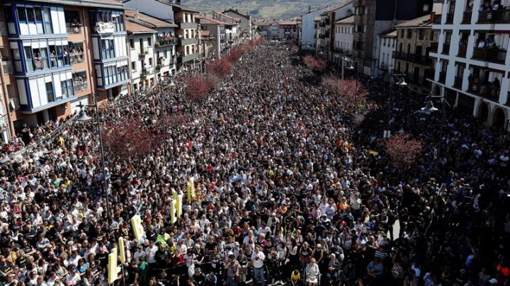 Decenas de miles de personas abarrotan hoy Alsasua.