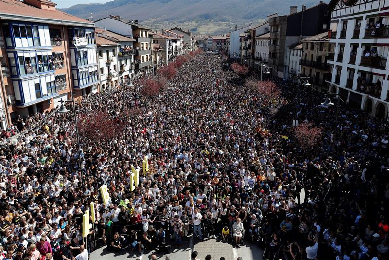 """Miles personas reclaman en Alsasua """"justicia"""" y """"libertad"""" para los agresores a dos guardias civiles y sus parejas"""