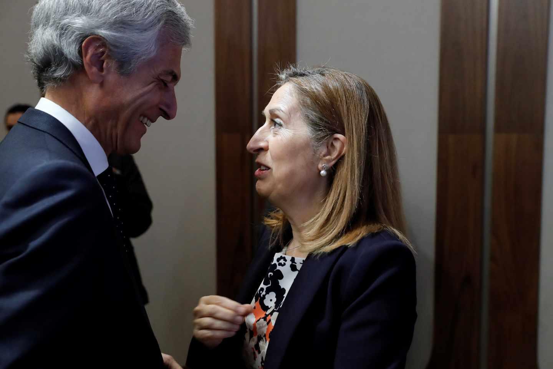 Adolfo Suárez conversa con Ana Pastor en el acto de El Mundo.