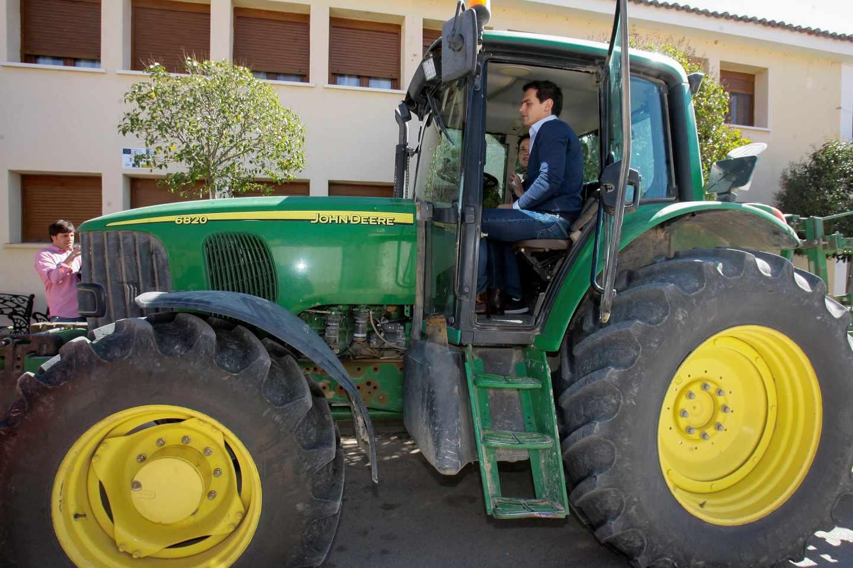 Albert Rivera, en el tractor de la cabeza de lista de Ciudadanos por Guadalajara, Mª Ángeles Rosado.