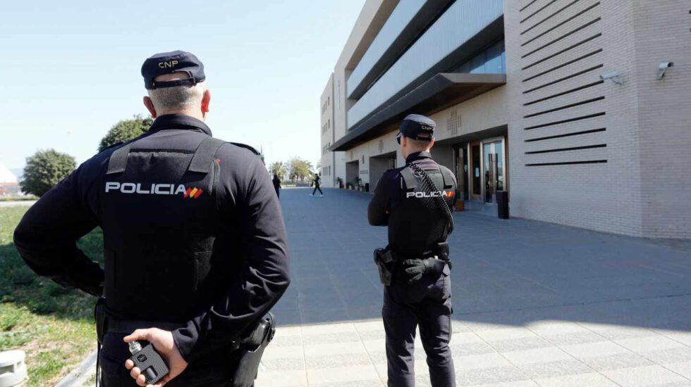 La Policía Nacional vigila las puertas de la Audiencia de Castellón