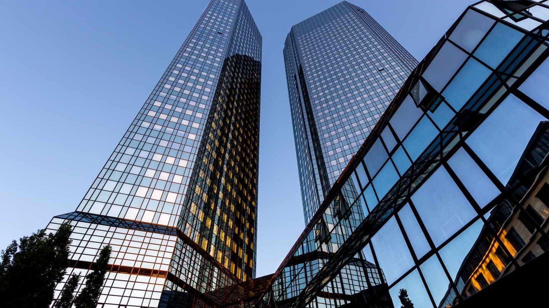 Deutsche Bank y Commerzbank se disparan en bolsa tras reconocer que negocian su fusión.