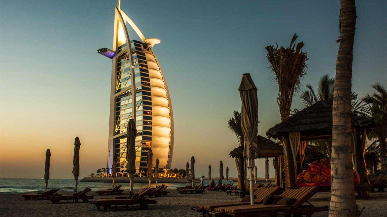 Atardecer en Dubai con el Burj Al Arab de fondo