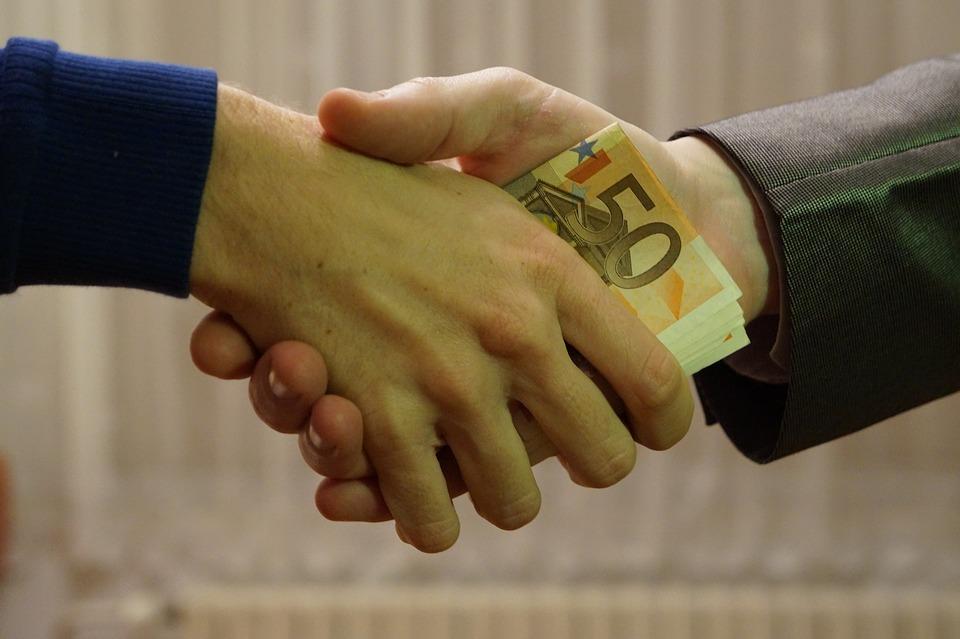 Los salarios y bonus de la banca privada.