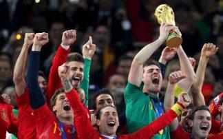 Iker Casillas levanta la copa con una camiseta en honor a Arconada