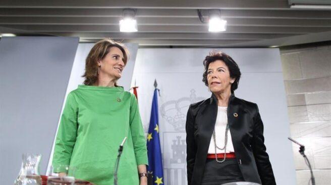 Teresa Ribera e Isabel Celaá, tras un Consejo de Ministros.