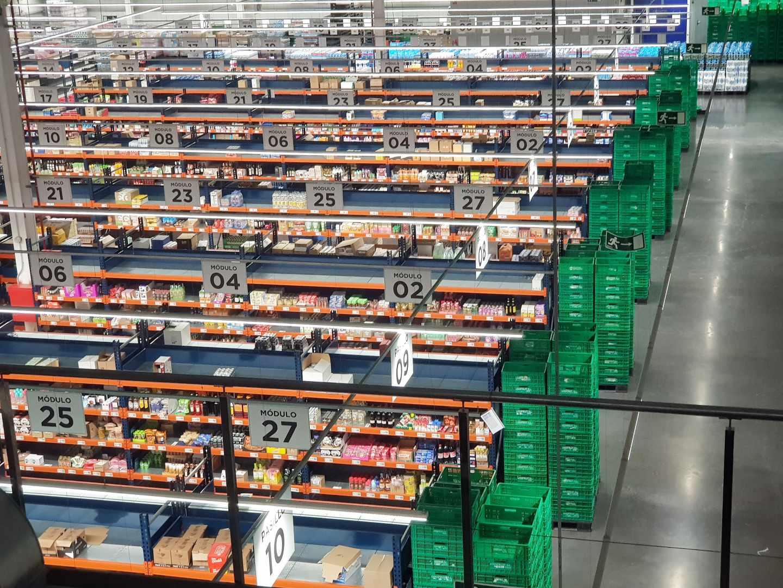 Interior de la nave logística para la venta online de Mercadona en Valencia.