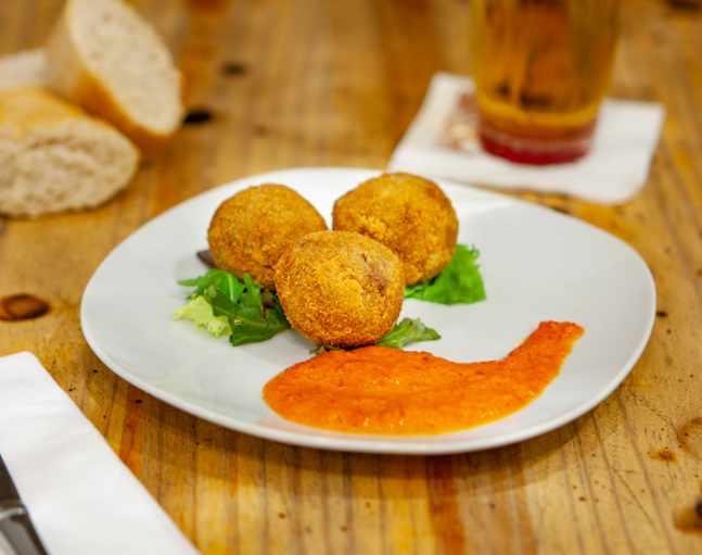 Croquetas de morcilla y piquillos del restaurante 'La nueva Troje' (Desengaño,14)