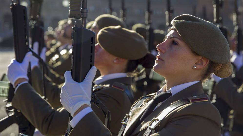 Dos mujeres militares en un desfile.