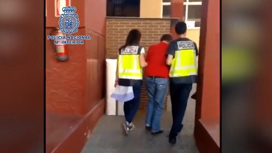 El pederasta siendo detenido por las autoridades en Almería.