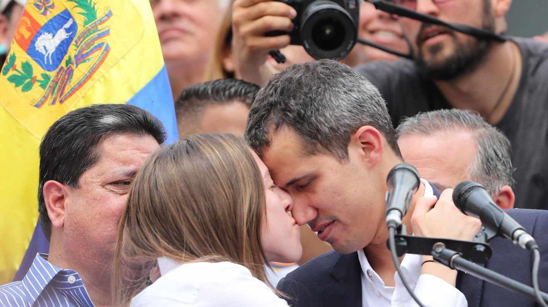 Fabiana Rosales besa a su esposo, el presidente encargado, Juan Guaidó, en Caracas.