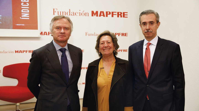De izq. a dcha., de izquierda a derecha, Ignacio Baeza, vicepresidente de Mapfre, Pilar González de Frutos, presidenta de Unespa, y Manuel Aguilera, director general del Servicio de Estudios de Mapfre.
