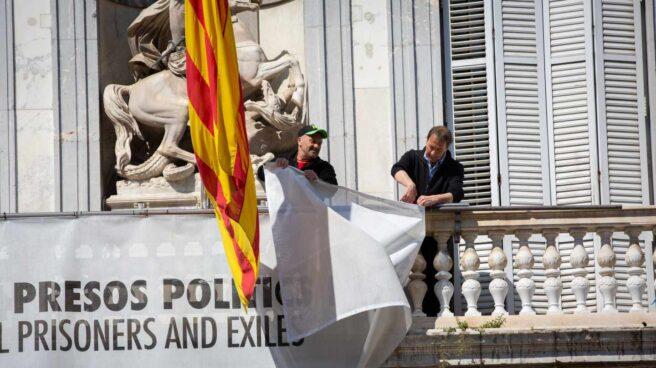 Retirada de la pancarta con lazo del Palau de la Generalitat.