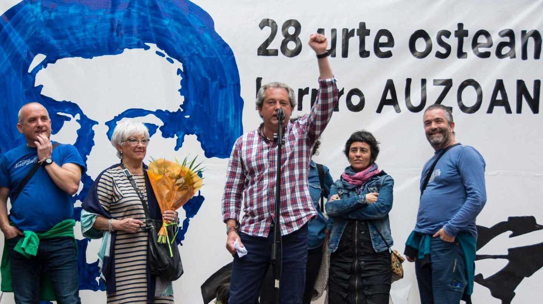 El ex preso de ETA, Germán Urizar se dirige al público durante el homenaje en su honor celebrado en Bilbao.