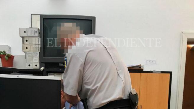 Un vigilante de seguridad de la Comunidad de Madrid da un masaje a uno de los funcionarios investigados por la Policía.