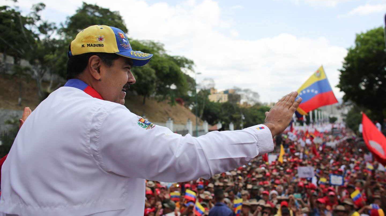 El líder chavista, Ncolás Maduro, saluda a sus fieles en una marcha 'anti imperialista' en Caracas.