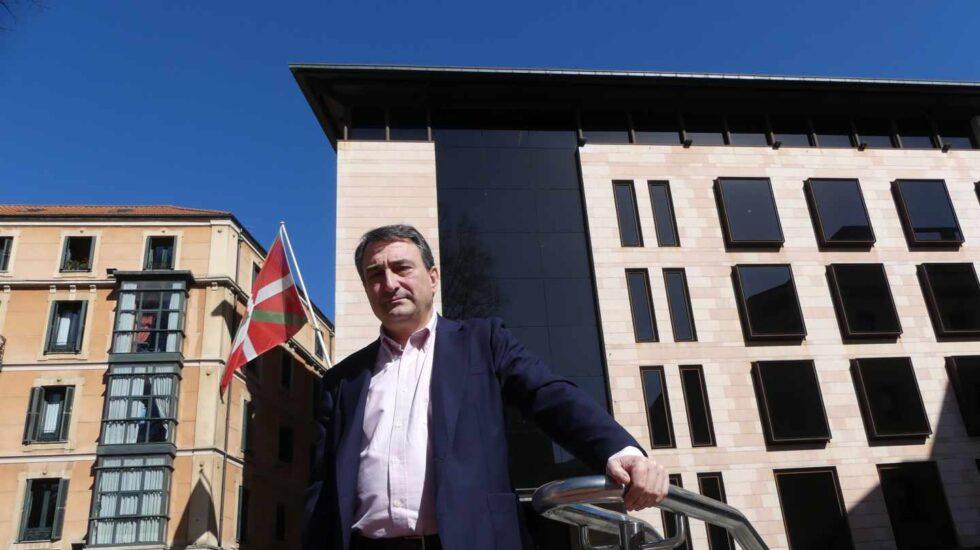 El portavoz del PNV en el Congreso, Aitor Esteban, ante la sede del PNV en Bilbao, 'Sabin Etxea'.