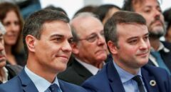 Pedro Sánchez, junto a su jefe de gabinete Iván Redondo durante un acto en Moncloa.