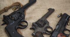 Imagen de varios revólveres.
