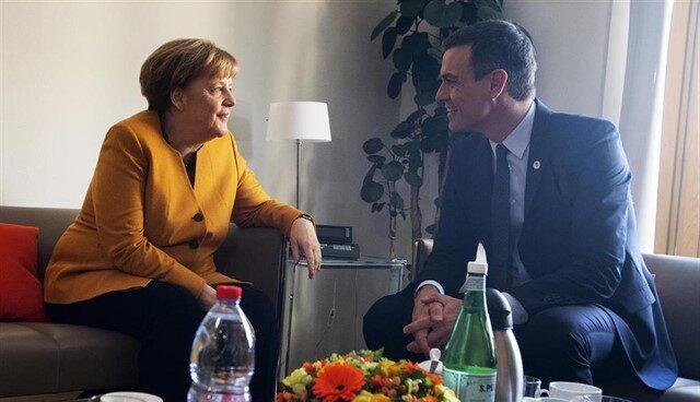 Merkel charla con Sánchez en Bruselas.