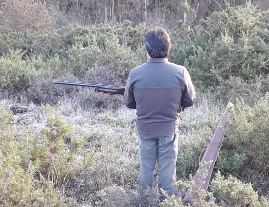 Un cazador de espaldas