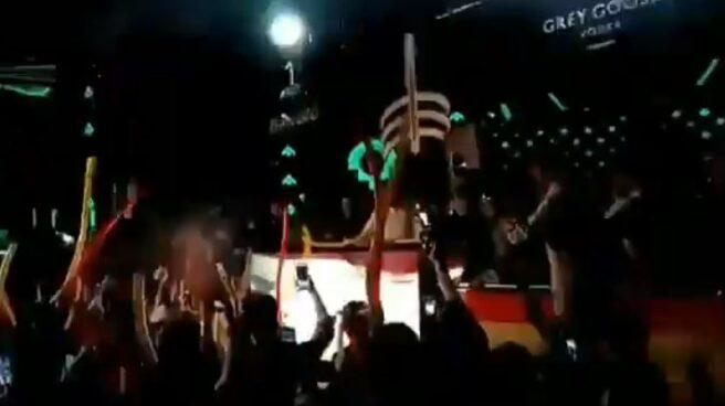 Santiago Abascal, en la cabina del DJ pinchando el himno de España.