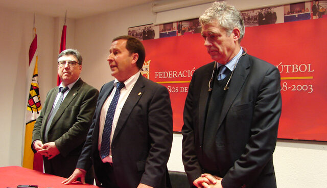 Rafael del Amo (centro), junto a Villar, el día que tomó posesión como presidente de la Federación Navarra.