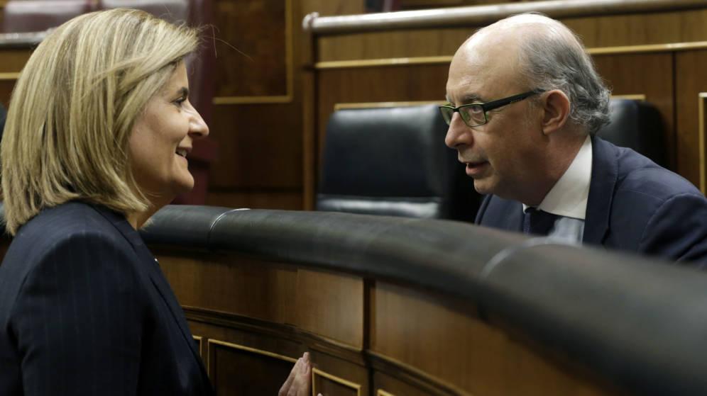 Fátima Báñez y Cristóbal Montoro charlan en los tiempos que ocupaban los escaños azules