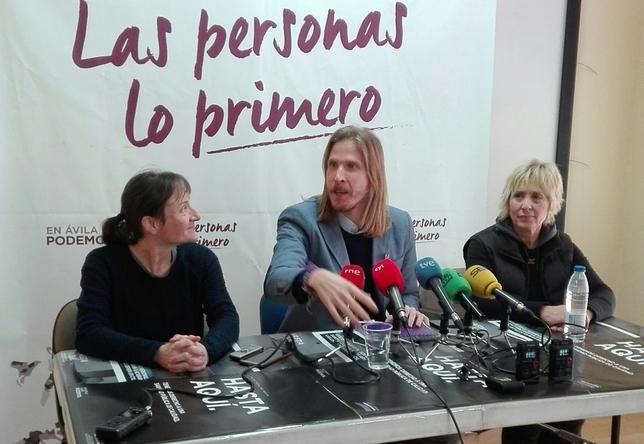Baeza, a la derecha, en una rueda de prensa de Podemos