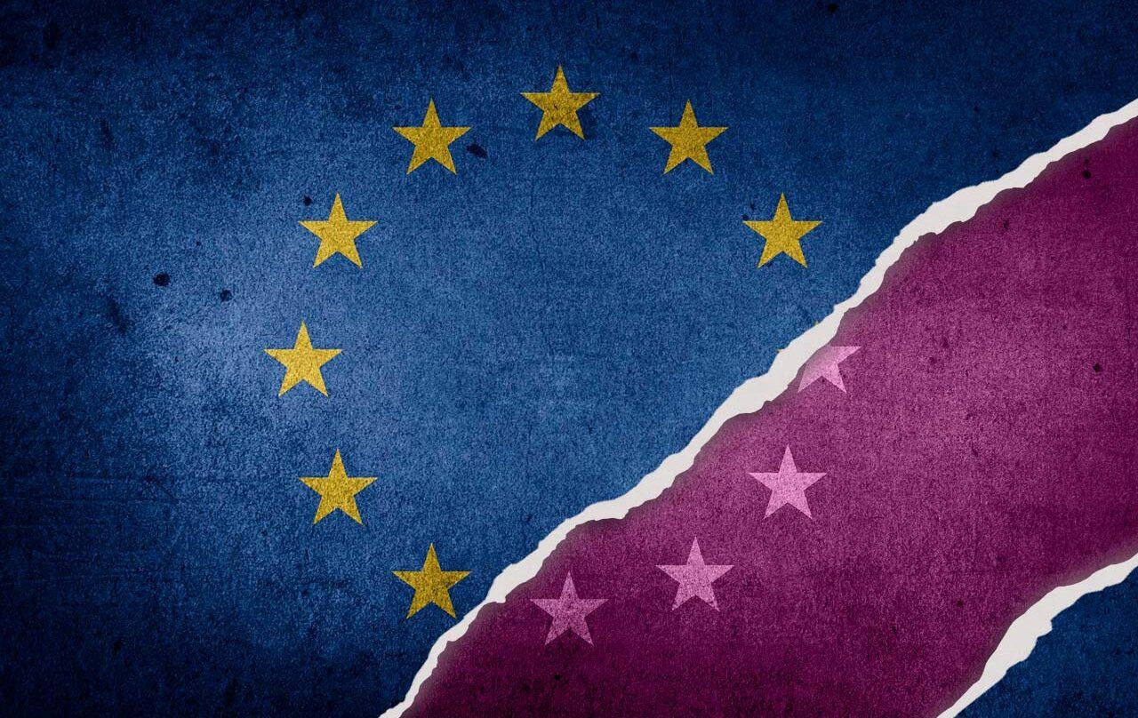 La bandera europea con un tinte morado como símbolo de las mujeres.