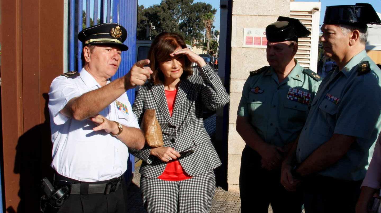 La secretaria de Estado de Seguridad, Ana Botella, departe con mandos policiales y de la Guardia Civil durante una visita a Melilla.