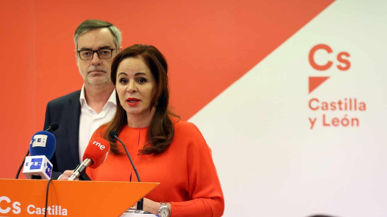 Silvia Clemente, con José Manuel Villegas al fondo.