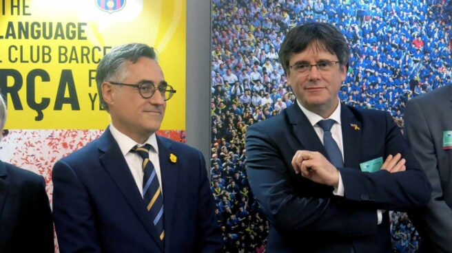 Carles Puigdemont, junto al eurodiputado Ramón Tremosa en un acto en la Eurocámara.