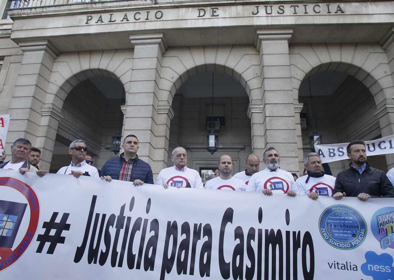 Ex compañeros del policía Casimiro Villegas piden su absolución antes del inicio del juicio.