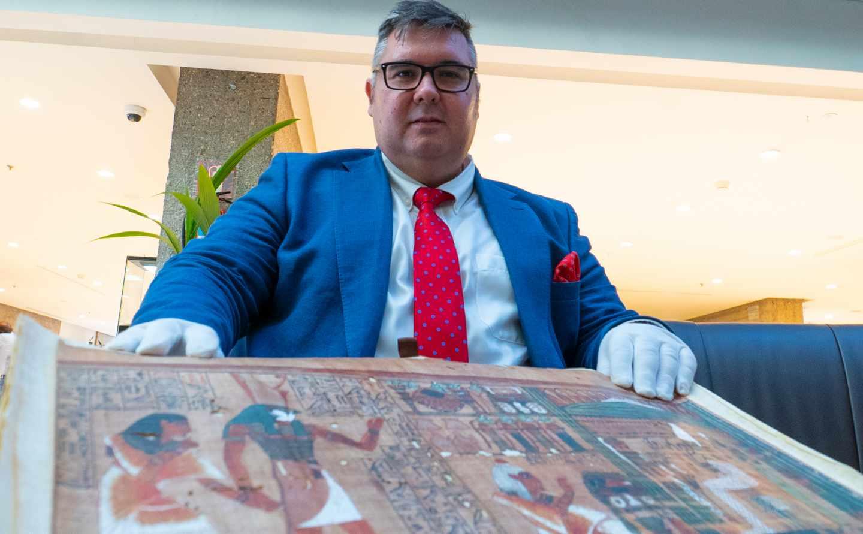 Daniel Pérez junto a su facsímil del Papiro de Ani