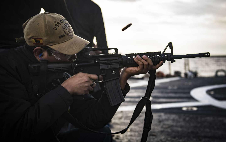 El soldado Alexis Delacruz dispara un rifle M4 durante unos ejercicios de tiro a bordo del USS Carney.