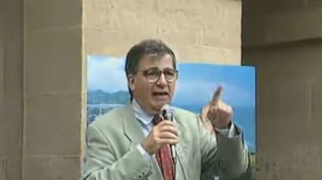 Ernest Lluch, durante un mítin en San Sebastián.