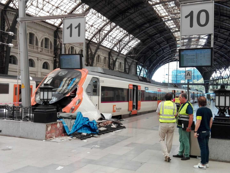 Tren de Rodalíes empotrado contra la topera de la Estación de França (Barcelona), en agosto de 2017.