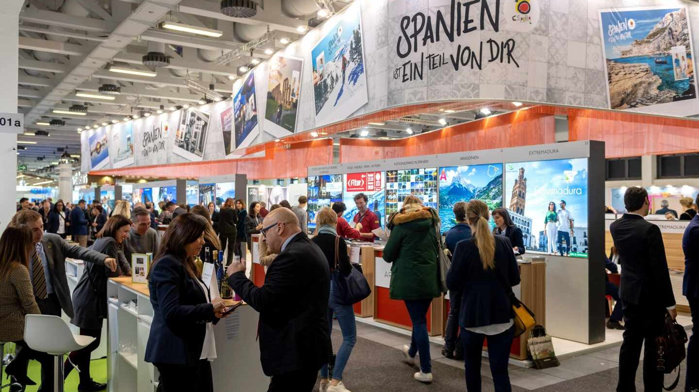 Decenas de visitantes visitan el expositor español en la Feria Internacional de Turismo, este miércoles en Berlín.