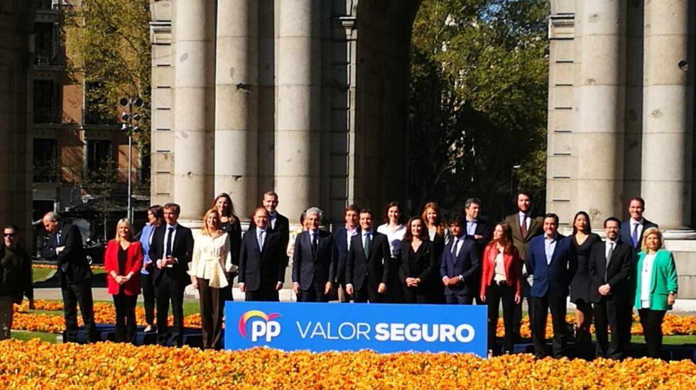 Pablo Casado posa con el equipo que irá en la lista de Madrid al Congreso.